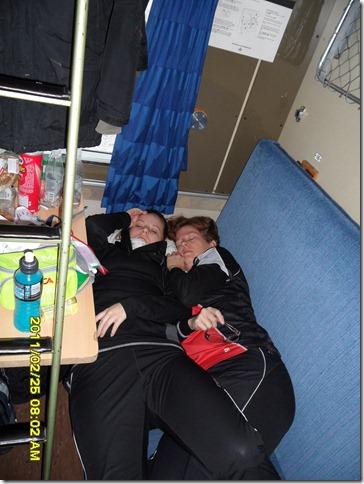 Elin och Britta vilar innan start.